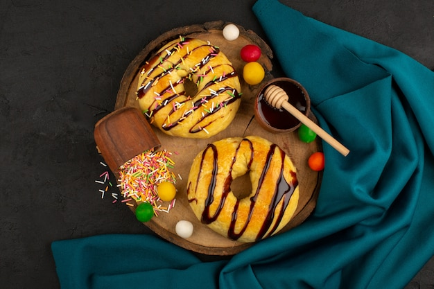 Вид сверху пончики вкуснятина вкусно на темноте