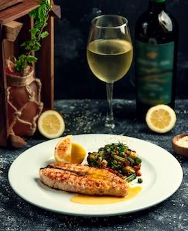 Жареный лосось с овощами на столе