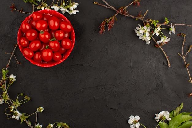 暗い床で完熟新鮮なトマト全体のトップビュー