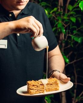 プレートの蜂蜜ケーキ