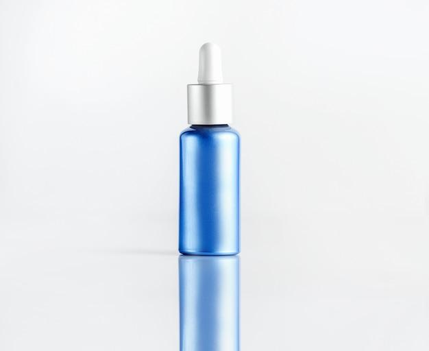 Косметический тубус с сывороткой синего цвета с белой крышкой для пипеток, вид спереди
