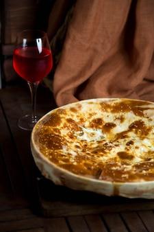グラスワインとチーズのプレート
