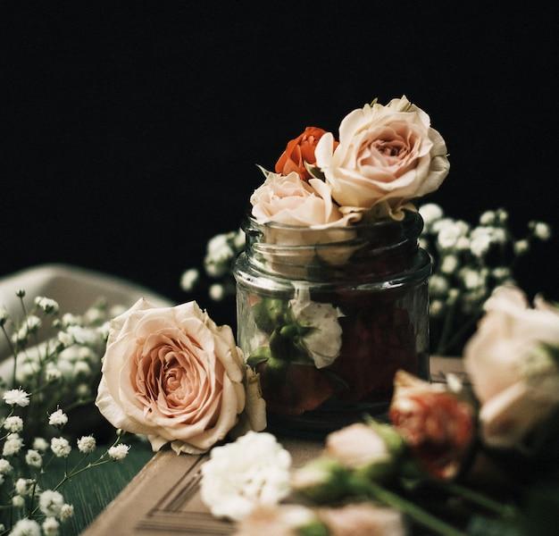 フロントクローズアップビューで花はピンクの暗い机の上で美しいことができます。
