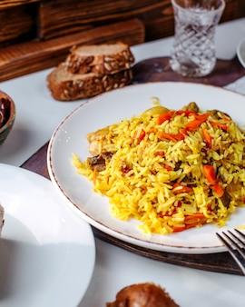 Вид спереди приготовленный рис со свежими нарезанными овощами внутри белой тарелке на белом полу