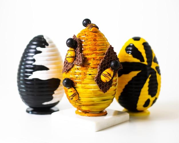 白い床に描かれた正面の卵の異なる色のデザイン
