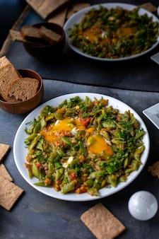 Приготовленные овощи красочные разные вместе с хлебом на сером столе