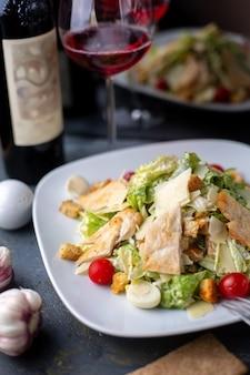 白いプレート内の新鮮な野菜の赤ワインと一緒に鶏肉のスライス
