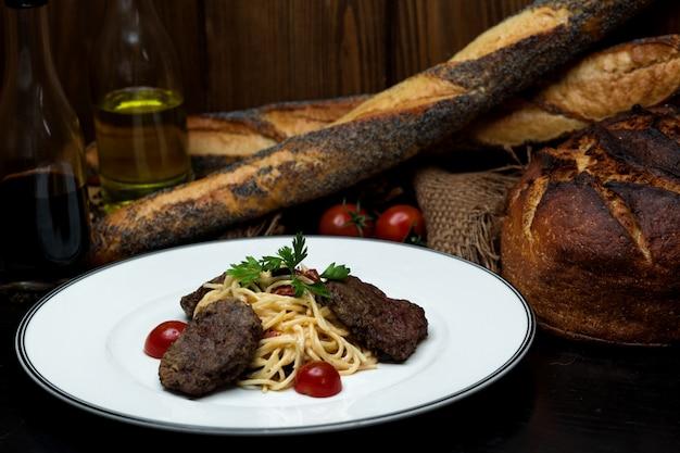 Котлета из говядины со спагетти в сливочном соусе