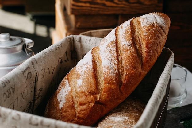 かごの中の小麦粉が丸ごとおいしい焼きたてのパン