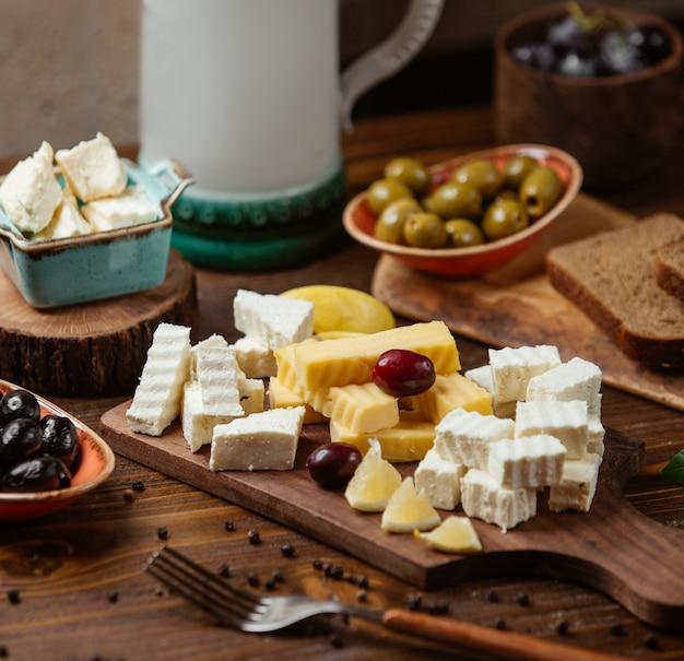 白とゴーダチーズ、ブドウとレモンのチーズプレート