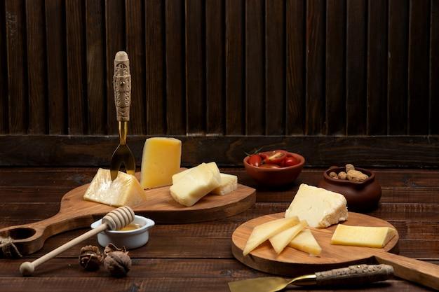 Сыр ломтиками подается на деревянных досках
