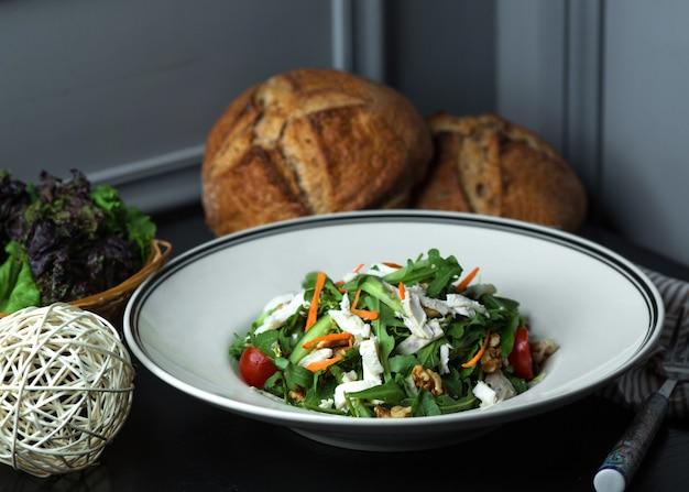 Салат из свежих овощей с рукколой, сыром, грецким орехом, морковью, огурцом и помидорами черри