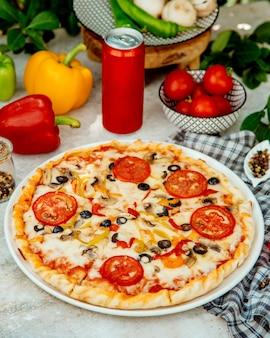 キノコ、トマト、オリーブ、ピーマンのイタリアンピザ