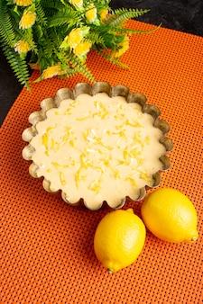 Вид сверху вкусный лимонный пирог кислый вкусный торт пекарня сладкий на темном столе