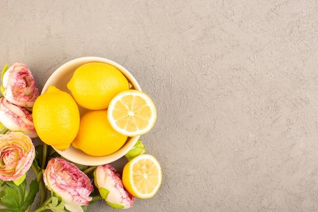 トップビューフレッシュレモンサワー完熟まろやかな柑橘系トロピカルビタミンイエローとクリーム色の机の上のドライフラワー