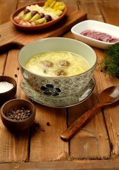 ボウルに麺を添えたミートボールスープ