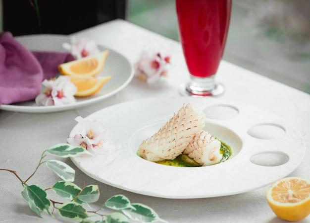 テーブルの上のソースと新鮮な魚
