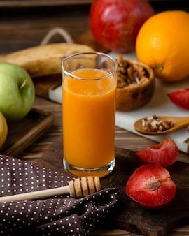 Стакан свежего сока с фруктами