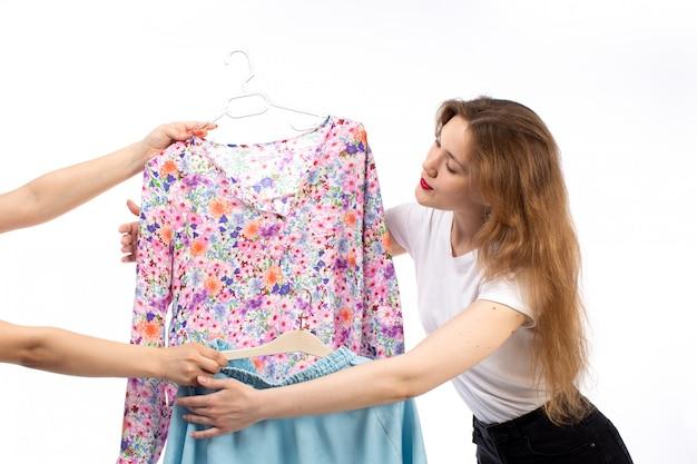 白いシャツと白で青いスカートとブラウスを得る黒いズボンの正面の若い女性