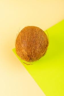 Вид сверху кокосовое целое молочно-свежая спелая, изолированная на кремовом фисташковом