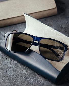 Вид сверху современные синие солнцезащитные очки на сером фоне, изолированные зрение очки элегантность