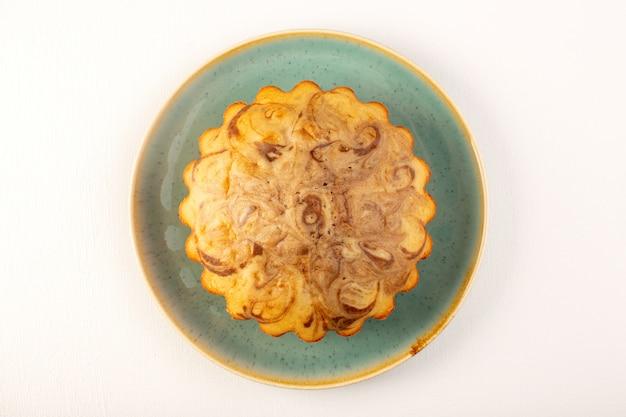 上面図丸い甘いケーキおいしい白い背景の青いプレート内のおいしいおいしいケーキシュガーティービスケット焼き
