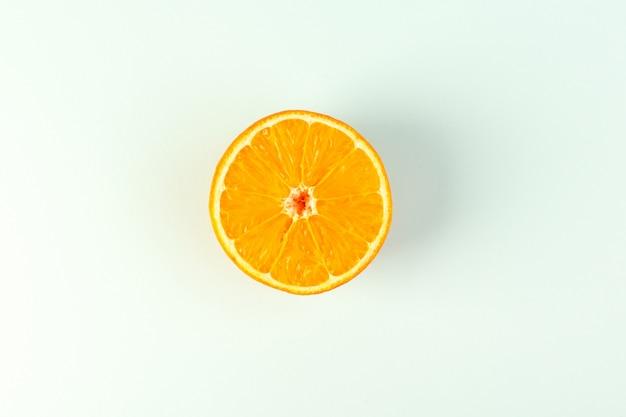 白い背景のフルーツ色の柑橘類のオレンジの新鮮な熟したジューシーなまろやかな分離部分をスライスした平面図