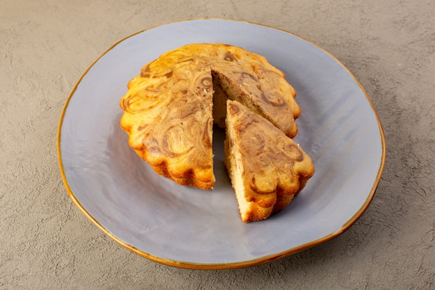 上面図甘いケーキおいしいおいしいチョコケーキグレーの背景の青いプレートの中にスライスシュガーティービスケットベーク
