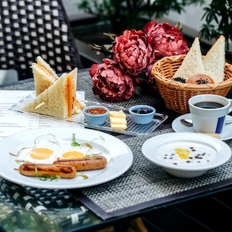 さまざまな食べ物の朝食セット