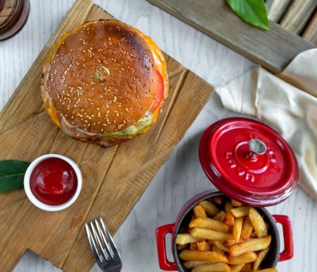 Чизбургер с картофелем фри и кетчупом