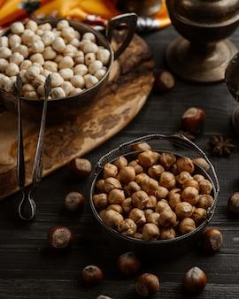 Свежие орехи с сушеными орехами на столе
