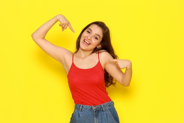 赤いシャツとジーパンが興奮した表情でポーズで正面の美しい少女