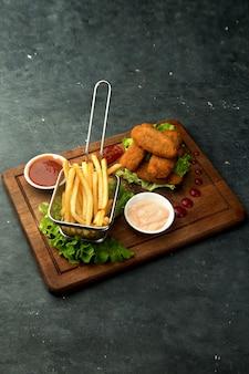 フライドポテトとソースのチキンナゲット