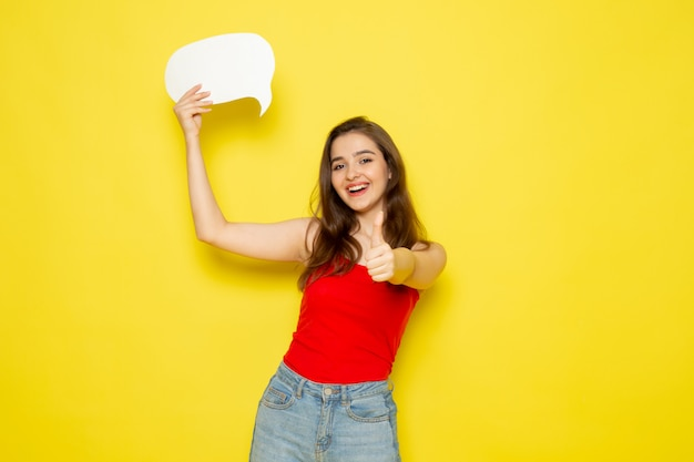 赤いシャツとジーパンの白い看板を持っている正面の若い美しい女性