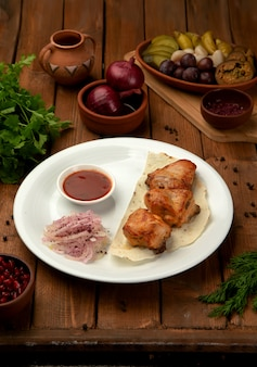 Жареная курица на лаваше с луком и кетчупом
