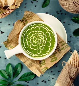 ボウルに緑の野菜スープ