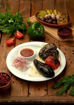 Жареные овощи с луком и кетчупом
