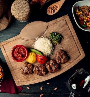 Мясо на гриле и овощи с рисом