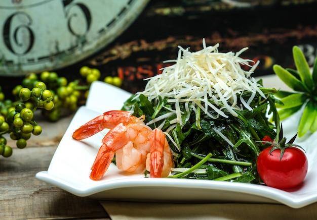Травяной салат с боковыми креветками
