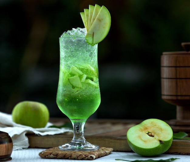 リンゴ風味の自家製アイスティー