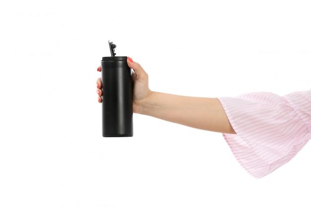 白に黒い魔法瓶を持っている正面女性手