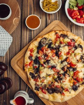 肉、トマト、ピーマンの混合ピザ