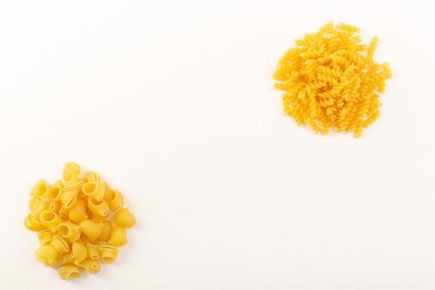 白い背景の上に並ぶ正面イタリアンドライパスタ生黄色パスタコレクションイタリア料理