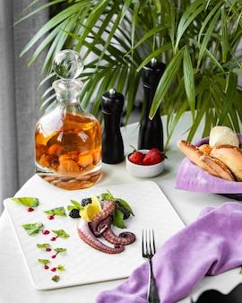 テーブルの上の果実とタコ