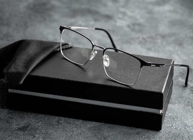 灰色の机の上にモダンな正面図光学サングラス分離視力
