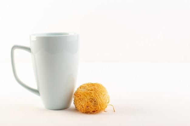 Вид спереди круглый вкусный торт сладкий вкусный круглый выпечка вместе с белой чашкой, изолированные на белом фоне сладкие кондитерские изделия из сахара