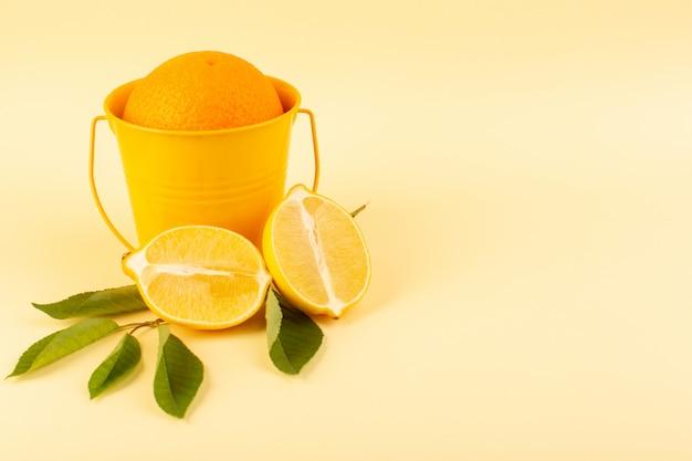 Вид спереди весь апельсин в корзине апельсина вместе с нарезанным лимоном спелых свежих сочных спелых, изолированных на кремовом фоне цитрусовых апельсин