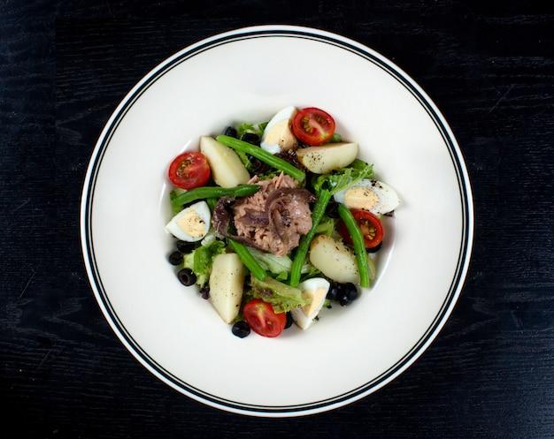 Овощной салат с мясом и нарезанными яйцами
