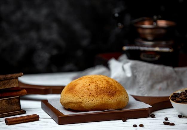 机の上の白パン
