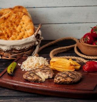 Котлеты из говядины с начинкой из сыра, подается с картофелем фри, рисом, помидорами и перцем